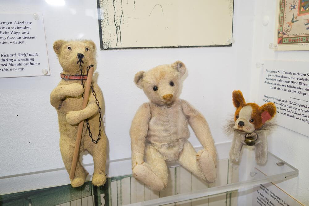 Antieke Duitse teddyberen in een museum