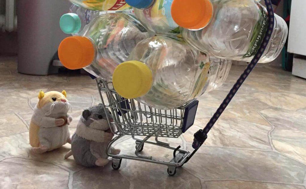 Hamsterknuffels Flinki en Flora verzamelen flessen om statiegeld te krijgen