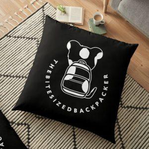 The Bite-Sized Backpacker - Merchandise - Logo White - Zitkussen 01