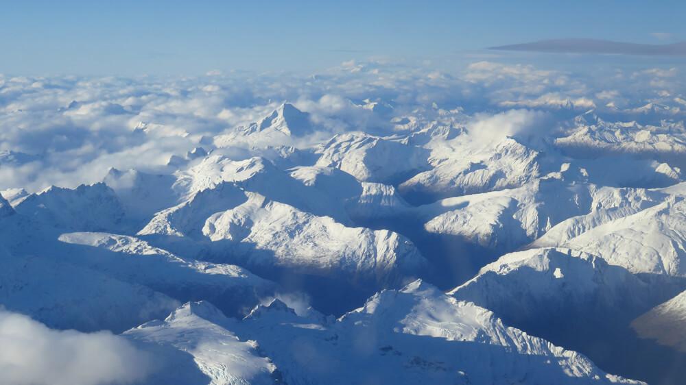 Een besneeuwde bergketen in Nieuw-Zeeland
