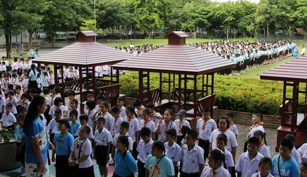 De Morning Flag Ceremony op een Thaise schooll