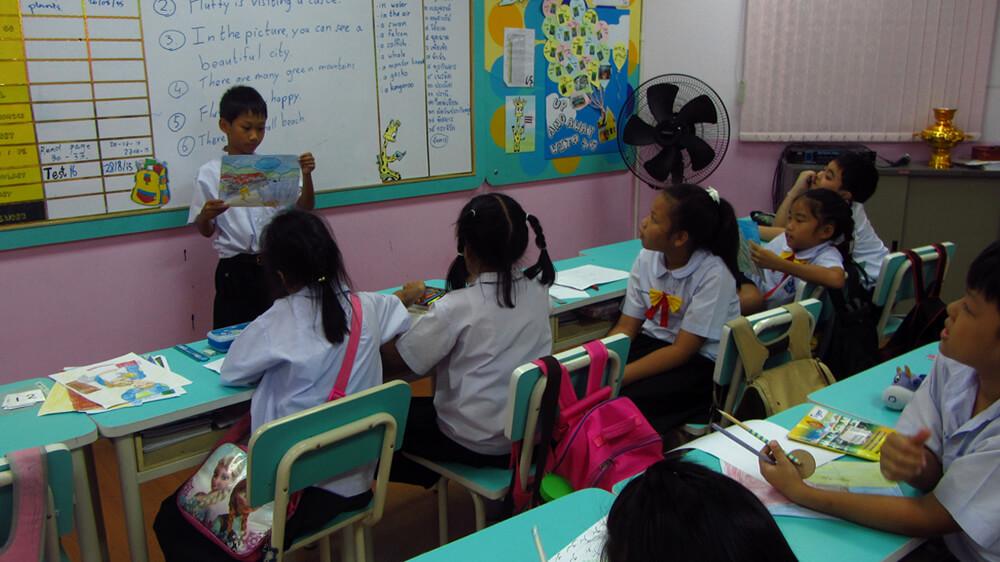 Thaise basisschoolleerlingen onderwijzen