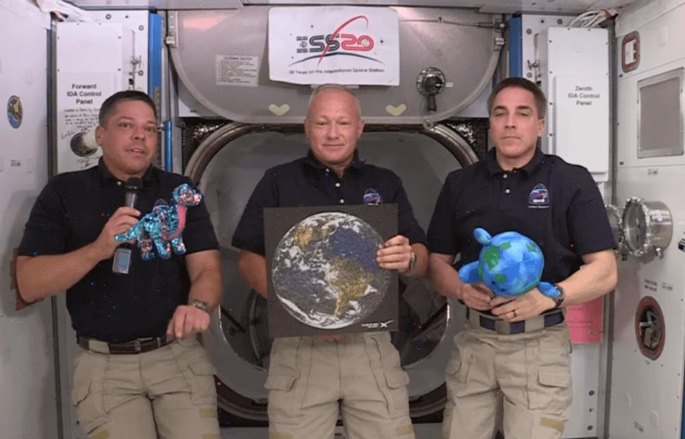 """Tremor de dinosaurus ontmoet astronauten Bob Behnken, Doug Hurley, Chris Cassidy en Buddy, de """"Kleine Aarde"""" in het ISS"""